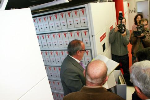 El alcalde de Rivas, José Masa (leyendo un libro), durante la inauguración del nuevo archivo municipal, en enero de 2011 (Foto: Rivas Actual)