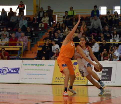 Vega Gimeno en un lance del partido contra Zamarat, el pasado sábado (Foto Rivas Ecópolis Basket)