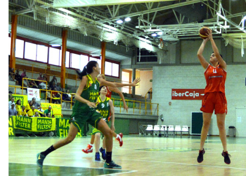 Laura Nicholls tira a canasta (Foto cortesía de Rivas Ecópolis Basket)