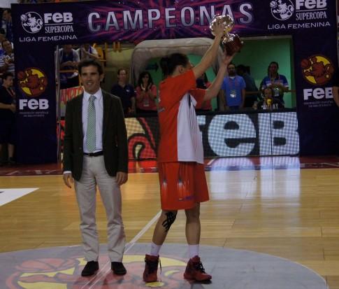 Clara Bermejo muestra el trofeo que acredita a Rivas Ecópolis como subcampeón de Supercopa (Foto cortesía de Rivas Ecópolis Basket)