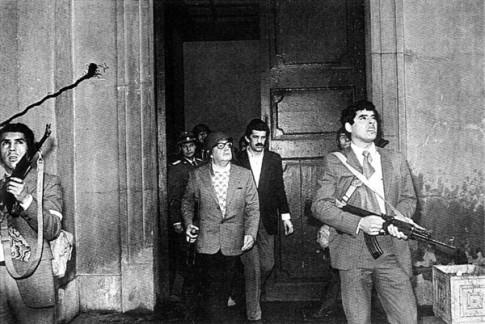 Danilo Bartulin, detrás de Salvador Allende (con casco), saliendo del Palacio de la Moneda para oponer resistencia al golpe de Estado de Pinochet