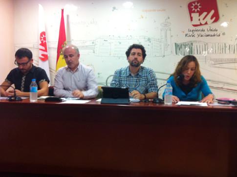 Dirigentes de IU Rivas, presidiendo la asamblea local celebrada ayer. el segundo por la derecha es Pedro del Cura, coordinador local (Foto cortesía de IU Rivas)