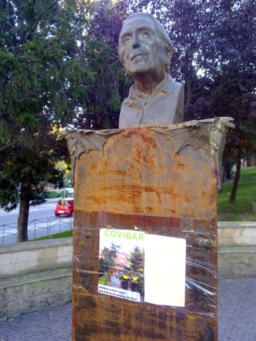 El busto de Dolores Ibarruri, con el espacio vacío en el que se hallaba la placa, tras el robo. Alguien desconocido ha pegado una portada de la revista Covibar en la que se hace alusión a las medidas policiales de seguridad en el barrio (Foto cortesía de la Mancomunidad de Covibar)