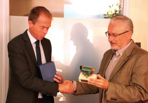 Fausto Fernández (derecha) recibió de Mathias Carlbaum un recuerdo con motivo de la firma del convenio (Foto Rivas Actual)