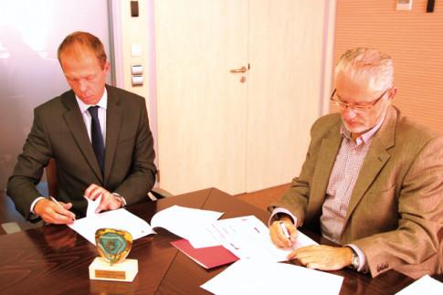 Fausto Fernández (derecha), durante la firma del convenio con Scania, esta mañana en el Ayuntamiento de Rivas (Foto Rivas Actual)