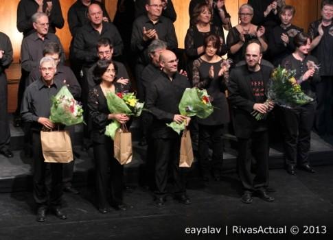 Las y los directores de las cuatro formaciones corales recibieron al finalizar el Encuentro un ramo de flores (Foto: Enrique Ayala)