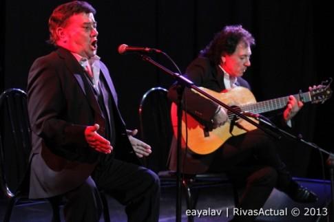 José Menese (en primer término) y Antonio Carrión, durante el concierto de ayer (Foto: Enrique Ayala)
