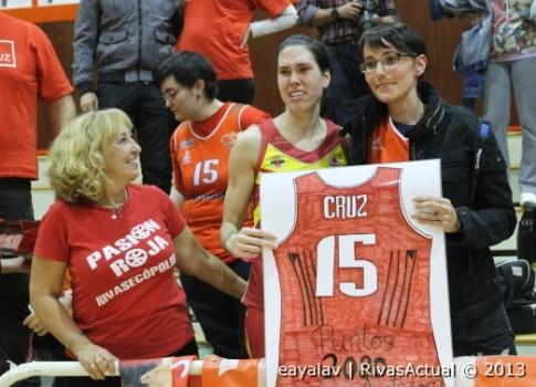 Anna Cruz no paró de recoger homenajes del público, el club y la peña Pasión Roja, antes, durante y después del partido (Foto: Enrique Ayala)