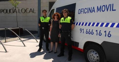 La concejala de Seguridad, Yaiza García, ante un vehículo de Oficina Móvil de la Policía Local