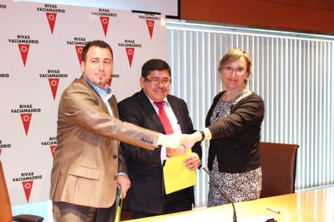 Ana María Reboiro, durante un acto en mayo de 2012, en compañía de Pedro del Cura (izquierda) y de Tomás Minero, alcalde de  la localidad salvadoreña de Ciudad Delgado (Foto Rivas Actual)