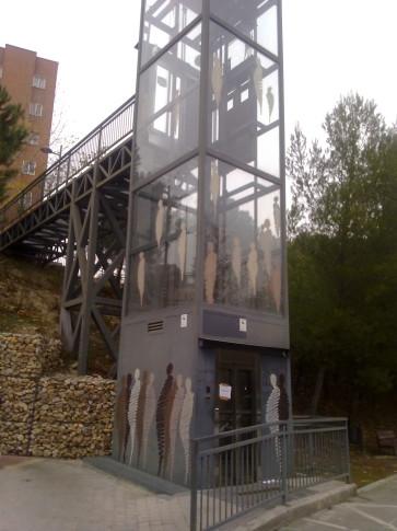 El ascensor que une la Avenida de Covibar con las calles situadas a su espalda (Foto cortesía Mancomunidad de Covibar)
