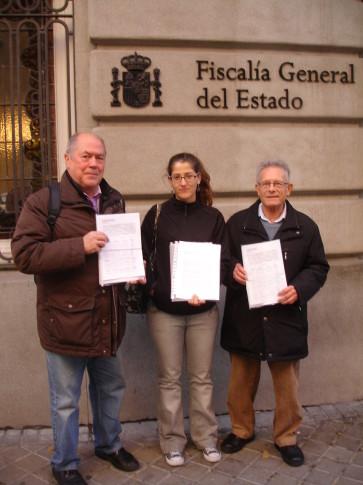 Miembros de los colectivos, en la puerta de la Fiscalía