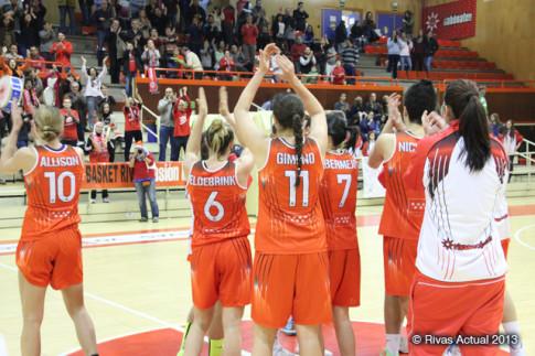 El equipo saludó al acabar el encuentro a un público no muy numeroso,pero sí totalmente volcado con el equipo (Foto Rivas Actual)