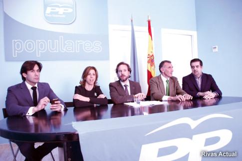 Miembros de la direcci´pon del Partido Popular durante la rueda de prensa. en el centro, Jesús González Espartero (Foto: Rivas Actual)