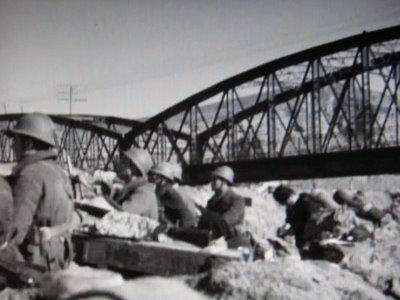 Soldados republicanos en una foto de lla época, junto al Puente de Arganda, a escasos metros de la actual Rivas Vaciamadrid