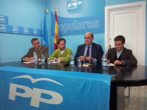 Anonio Ribalta (primero por la izquierda) y Jesús González Espartero (a continuación), en una de las mesas (Foto cortesía del PP Rivas)