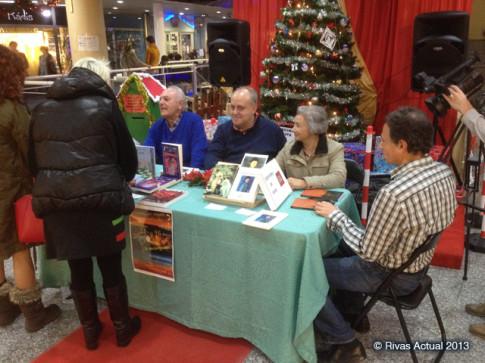 Varios de los firmantes, en el centro comercial (Foto Rivas Actual)