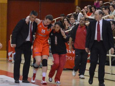 Laura Gil es retirada tras su lesión (Foto: Rivas Ecópolis)