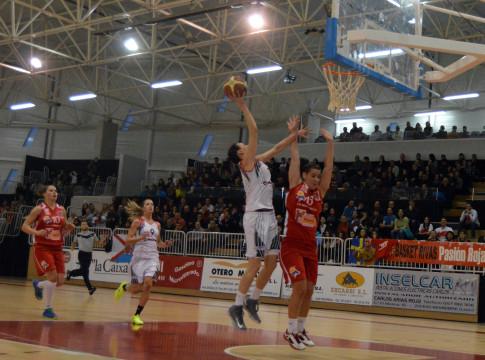 Clara Bermejo entrando a canasta (Foto cortesía de Rivas Ecópolis Basket)