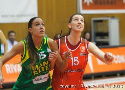 Laura Gil (derecha) disputa una posición con Laura Herrera (Foto: Enrique Ayala)