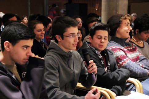 Uno de los estudiantes españoles realiza una pregunta mediante videoconferencia a sus interlocutores en Nagasaki (Foto Rivas Actual)