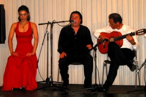 Cuquito de Barbate (en el centro), durante una actuación (Foto tomada de coloquio.com)