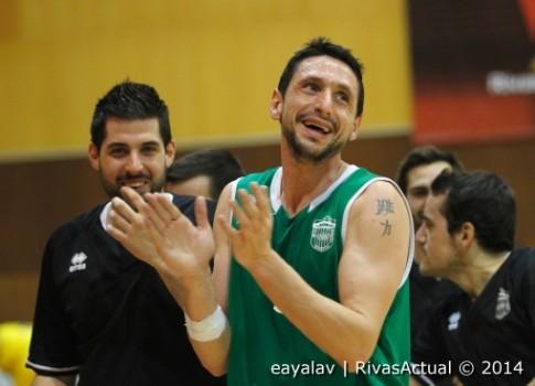 Los jugadores de Covibar se felicitan tras la victoria (Foto: Enrique Ayala)