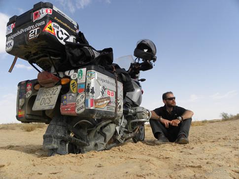 Miquel Silvestre, jnuto a su moto en uno de sus viajes (Foto: blog Miquel Silvestre)