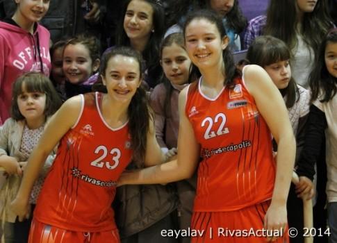 Marta Hermida Izquierda) e Inés Mata protagonizaron una de las mejores jugadas del partido (Foto: Enrique Ayala)
