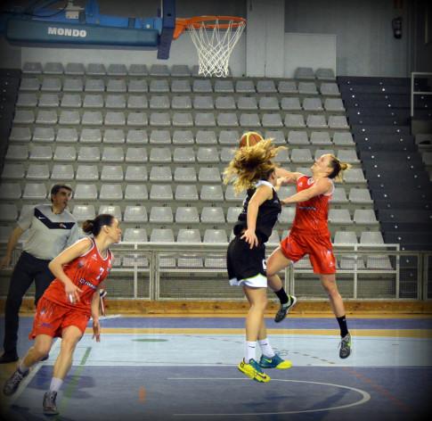 Frida Eldebrink intenta una canasta (Foto Rivas Ecópolis Basket)