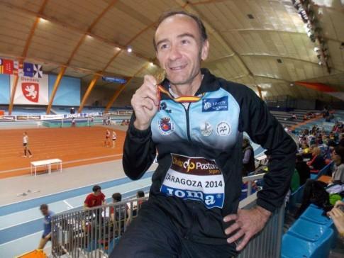 José Julio Fernández muestra su medalla (Foto cortesía de Running Rivas)
