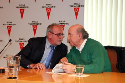 El entonces alcalde de Rivas, José Masa, y José María Pérez 'Peridis' departen durante la presentación de la primera lanzadera, en marzo de 2014 (Foto archivo Rivas Actual)