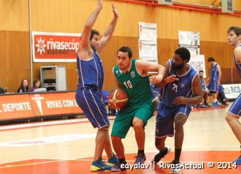 Arcauz intenta la penetración entre dos rivales (Foto: Enrique Ayala)
