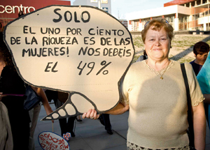 Una mujer exhibe un cartel reivindicativo durante una actividad de Marzo Mujer en 2010 (Foto: Rivasciudad.es)