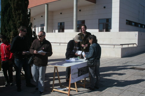 Miembros de Podemos, en la mesa que pudieron en el mercadillo ayer, sábado (Foto cortesía de Podemos Rivas)