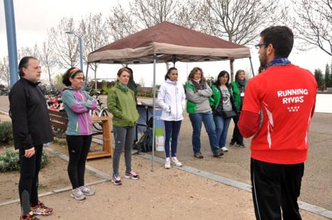 Un monitor de Running Rivas explica a los participantes la dinámica de una actividad (Foto corrtesía de Running Rivas)