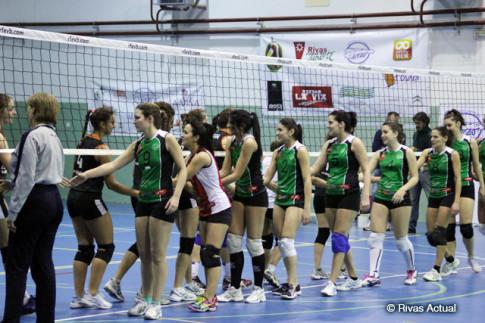 Las jugadoras del Duero Proyel Rivas (en primer término) saludan a sus rivales al comienzo del partido (Foto Rivas Actual)