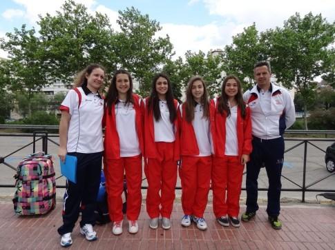 Las jugadoras y entrenadores de la AD Voleibol Rivas que participan en las selecciones madrileñas (Foto cortesía del club)
