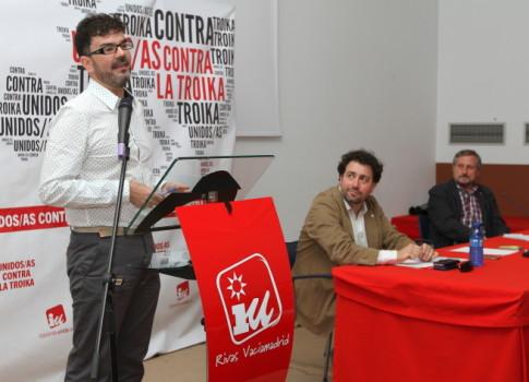 Eddy Sánchez se dirige al público. En la mesa, Pedro del Cura  y Willy Meyer (Foto: Enrique Ayala)