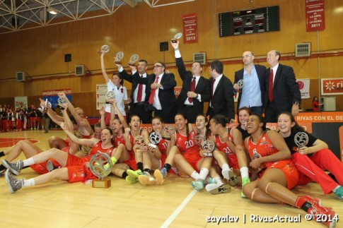 Toda la plantilla del Rivas Ecópolis posa con el trofeo que le acredita como campeón de Liga 2014, conseguido el pasado mes de abril (Foto Enrique Ayala)