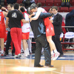 La alegría del equipo tras vencer, en la Final Eight de Euroliga, a Beretta Familla, colándose en la final europea, jugada en Estambul. Era el mes de abril de 2012 (Foto Silvia Domínguez e Inés Diaz)