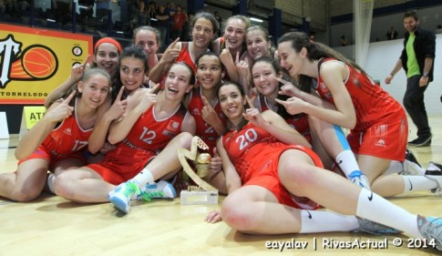 El equipo junior celebra la obtención del título de Campeón de Madrid, el pasado 27 de abril (Foto: Enrique Ayala)