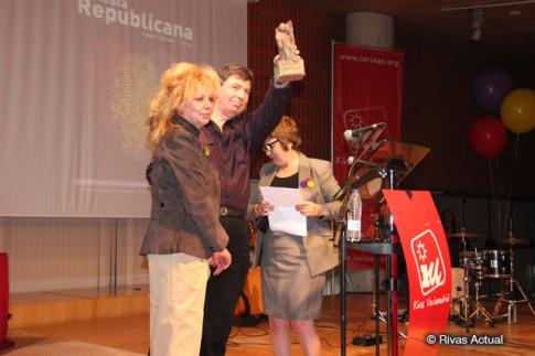 Dos miembros de la Red de Recuepración de Alimentos de Rivas recogen su premio (Foto Rivas Actual)
