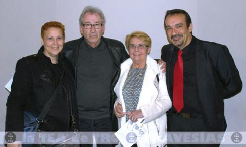 Miembros de la compañía con José Sacristán, tras la entrega de premios (Foto cortesía de LaTEAdeTRO)