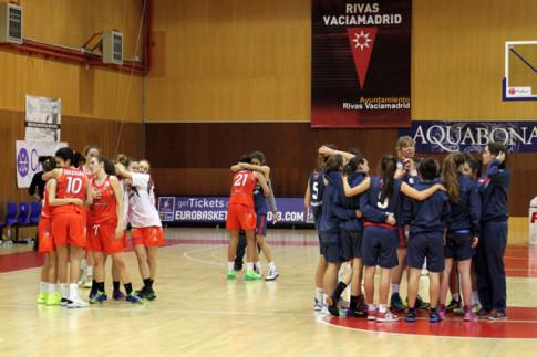 Las jugadoras del Estudiantes celebran la consecución del título de campeonas de Madrid, la temporada pasada, tras imponerse a Rivas Ecópolis (Foto FEB.es)