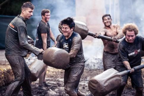 Un participante en una Spartan Race pasa la prueba de los 'gladiadores' (Foto Spartan Race España)