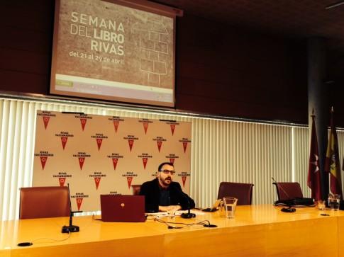 Curro García Corrales, esta mañana durante la rueda de prensa de presentación de la Semana del Libro 2014 (Foto Rivas Actual)