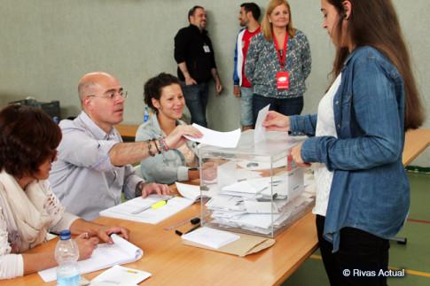 Una persona vota en una mesa del colegio La Escuela (Foto Rivas Actual)