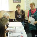 Dos apoderadas de Podemos, en el momento de presentar el acuse de recibo de la reclamación ante una de las mesas electorales del colegio Jarama (Foto Rivas Actual)
