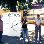 Vanessa Millán durante su intervención en el acto. A su derecha, Paco Pérez y a su izquierda, Javier Navascués (Foto cortesía de Podemos Rivas)